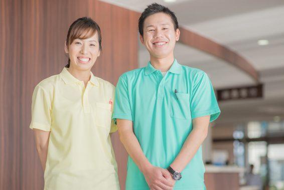 【介護職の服装】仕事別のおすすめ服を紹介!注意したいポイントは?
